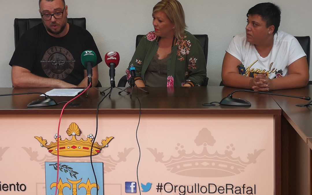 """Rafal dona 1.000 euros para la canción """"Fuerza Vega Baja"""" compuesta por el cantautor local Jesús Lorenzo"""